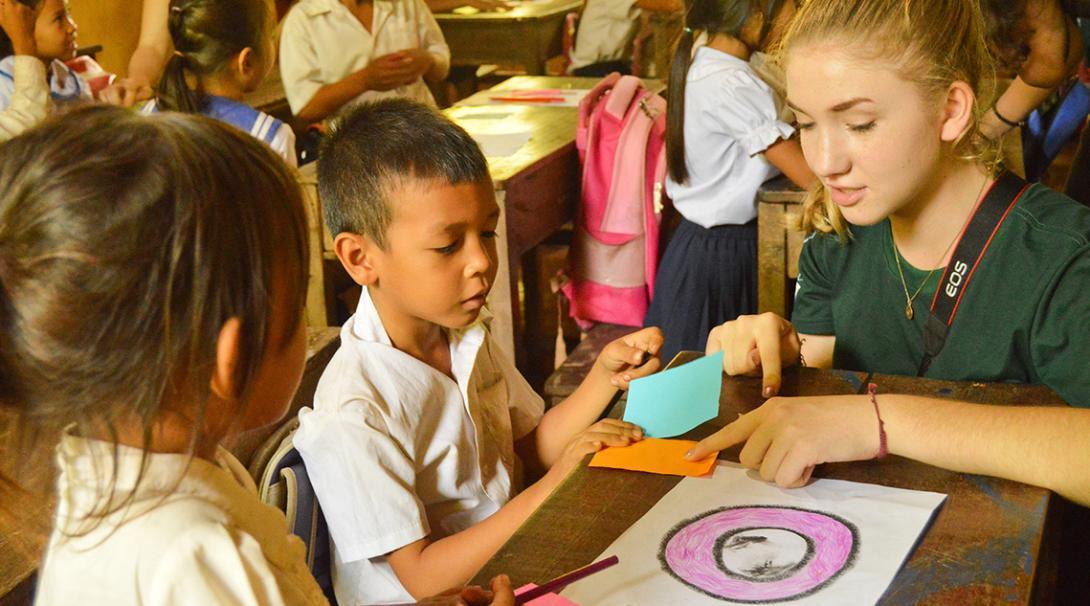 Una voluntaria organizando actividades con los niños en un centro comunitario de Camboya.